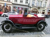 Несмотря на дождливую погоду, туристы охотно пользуются вот такими ретро-автомобилями для прогулок по Праге. Стоимость аттракциона не узнавали.