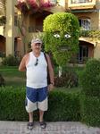 В соседнем отеле очень хороший садовник, такая фантазия у человека