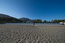 Пляж и отель на фоне гор. Вид со стороны моря