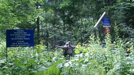 Вход в кавказский заповедник. Раньше здесь начиналась пограничная зона,но несколько лет назад ее немного отодвинули и сейчас проход к Имеретинским озерам свободный