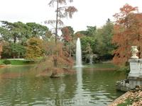 В парке некоторые фонтаны уже не работали, а вот здесь и фонтан работал.