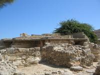 Но местами он выглядит как обычные развалины, которых в Греции очень много.