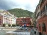 """Центральная """"площадь"""" Вернацци. Наш отельчик был в красном доме на последнем этаже. Мы жили в номере на мансарде, с видом на бухту и Монтероссо аль Маре ..."""