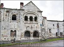 Декор многочисленных построек городка хранит особые черты, придающие различным зданиям характер средневековой архитектуры крупнейших культурных центров Руси