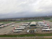 На взлете хорошо видны самолеты British Airways, стройными рядами ожидающие своих полетов.