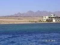 вид с моря: порт Сафаги, горы