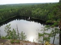 Вода в озерах Реповеси прозрачная и чистая, но так как дно часто усыпано хвоей и опавшими листьями, она кажется черной.
