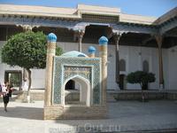 Ансамбль Баха ад-Дин принял характерные для XVI в. формы сочетания некрополя с обрядовым зданием; в 1544 г. ханом Абд ал-Азизом I захоронение шейха было ...