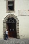 """Пиза.  Памятная доска на здании """"Башня Голода""""  дворца  дель  Оролоджо.."""