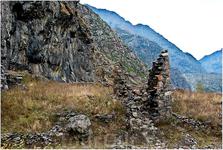 В глубокой теснине Дарьяла, Где роется Терек во мгле, Старинная башня стояла, Чернея на черной скале. Ну, не про это местечко классик сказал, но всё же ...