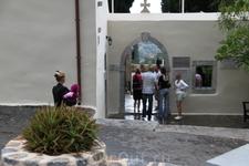 Многие посетители удивляются тому, что в монастыре живут только монашка и настоятель. Церковь Панагия Кера является одной из главных православных святынь Крита. Знаменитые фрески и чудодейственная ико