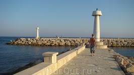 """всегда и все люди, отдыхающие на пляже прутся на маяки)))  """"давай сходим на маяк?!"""" """"о, давай"""""""""""