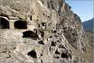 Всего было построено 13 уровней с естественными пещерами, расширенными для того, чтобы там уместились 6000 монахов и беженцев.