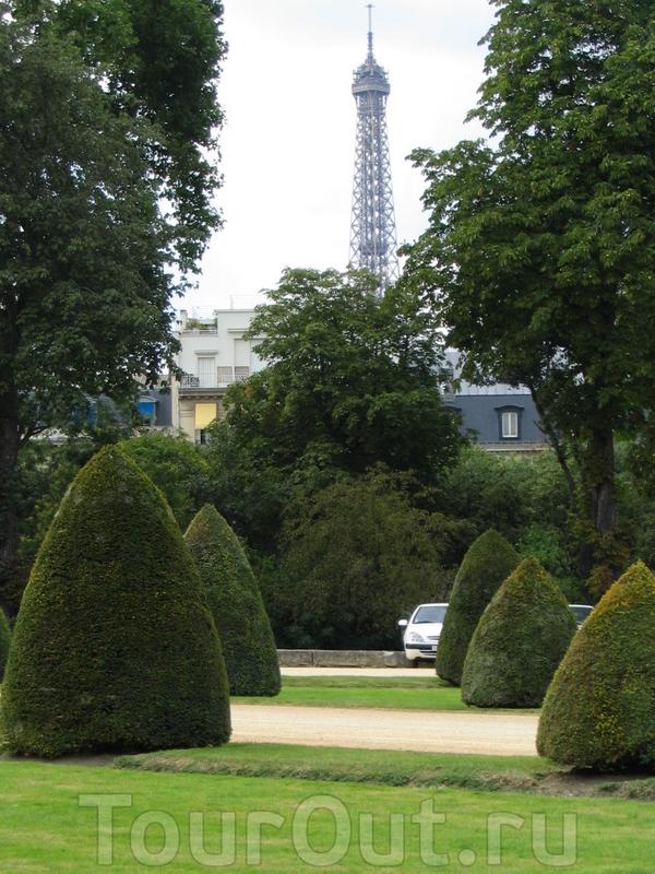 Знаменитую парижанку видно отовсюду