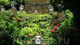 Жена на фоне фонтана с гномами.Это уже парк вокруг виллы.