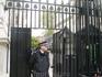 Ворота перегораживающие Даунинг-стрит. За забором постоянная резиденция премьер-министра. Пускают только своих и журналистов на пресс-конференциии.