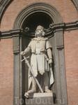 Каждая арка дворца на площади в Неаполе украшена  фигурами глав итальянских провинций в средние века.