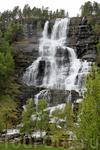 Величественный ступенчатый водопад Твиндефоссен (Tvindefossen), который распадается на множество водных потоков... находится неподалеку от городка Восс ...