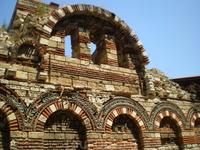 Церковь Св. архангелов Михаила и Гавриила, XIII век -  однонефная церковь с нартексом, куполом и колокольней. Длина 14 м. Ширина 5,2 м. Нартекс с двумя ...