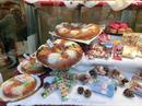 Что еще необычно в Испании, так это то, что сладости у них не одни и те же круглый год (такие наверное только знаменитые чуррос), а к каждому празднику традиционно приурочены свои сладости. Время волшебных королей - это время есть Rosón de los Reyes. Los buñuelos так обожаемые мой маленькие профитроли появляются в начале ноября. Так что из любимых сладостей мне в этот раз достались только маленькие круассаны, купленные в небольшой пекарне недалеко от дома, где я жила.