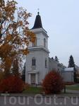 Прогулка по городу началась у этой церкви (рядом с ней есть небольшая бесплатная парковка, где я и оставила свой транспорт). Это Церковь Св. Марии 1400 ...