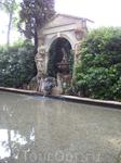 Фонтан в саду с бюстами Вагнера. Дали очень любил музыку Вагнера и часто слушал ее.