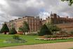 Hampton Court Palace. Вид на замок из парка.
