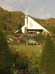 Храм перед горой с крестом