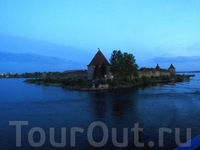 Первую достопримечательность - крепость орешек-Шлиссельбург  -проплывали уже в сумерках.