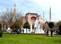 Собор Айя-София-бывший патриарший православный собор,   впоследствии— мечеть, ныне — музей; всемирно известный памятник византийского зодчества, символ «золотого века» Византи.