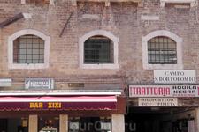 """Бар с """"оригинальным"""" названием на площади Св.Бартоломео. Налево указатель в самый дорогой в Италии общественный туалет - полтора евро за вход."""