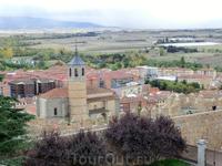 Со стены очень хорошо видна церковь Сантьяго.