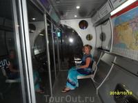 Остановка автобуса для народа с кондеем и хододно и приятно посидеть после пешей прогулки по Шейх Зайед роад.