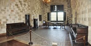 Одна из открытых комнат в дворце Великих магистров