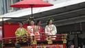 Парад цветочных зонтиков. Юные девушки в нарядах принцесс эпохи Хэйян