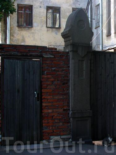 когда-то за этими воротами жили люди, сейчас там разрушенное здание и живёт семейство кошачьих :)