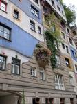 Дом Хундертвассера-окна разной величины,каждый цвет-это отдельная квартира.Весь ассиметричен