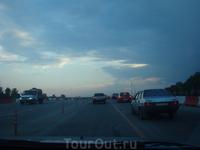 небо темнело)))) и позже превратилось в черную, извергающую молнии, бездну