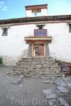 Монастырь Ронгбук Монастырь основан в 1902 году ламой Ньингмапа на месте хижин, где сотни лет в узкой долине 1,5 км шириной и 30-км длиной уединялись монахини и отшельники для медитации. Путь к долин