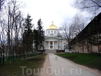 Главный собор монастыря, центральная алллея