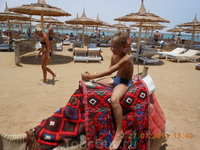 Никита катается на верблюде на пляже отеля второй линии. Удовольствие стоило 15 долларов