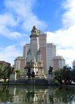 Памятник на фоне здания здания Испания.
