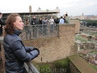 Внизу Римский Форум. Я стою на холме Палатин. Обзорная площадка.