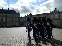 Копенгаген. Амалиенборг. Парад солдат королевской гвардии.