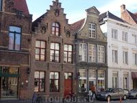 Для меня строения в Брюгге перекликаются с  Амстердамом,архитектура,стиль,вот только в Брюгге,как мне показалось,старых(по времени постройки)зданий я увидела ...