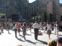 Воскресный день. Каталонцы танцуют сандану у Кафедрального собора. Можно поучаствовать
