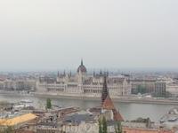 Рыбацкий бастион представляет собой площадь, окружённую галереей длиной 140 м и шириной 8 м с коническими шатровыми башнями (6 небольших и одна центральная ...