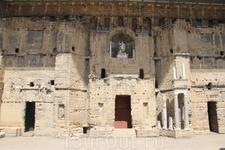 Сцена театра со статуей императора Августа при котором и было начато его строительство.