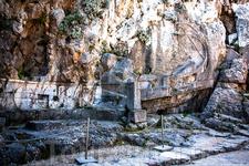 Древний барельеф в скале