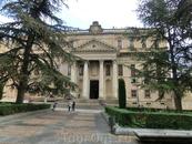 Его основал в 1401 году архиепископ Саламанки Diego de Anaya Maldonado, автор Juan de Sagarvinaga. Здание основательно перестроили в 1760 году, придав ...